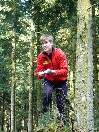 Spatzieren im Wald mit Karte