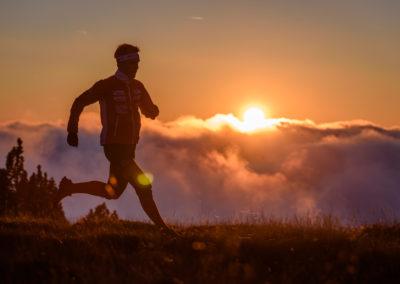 Orientierungsläufer bei Sonnenuntergang