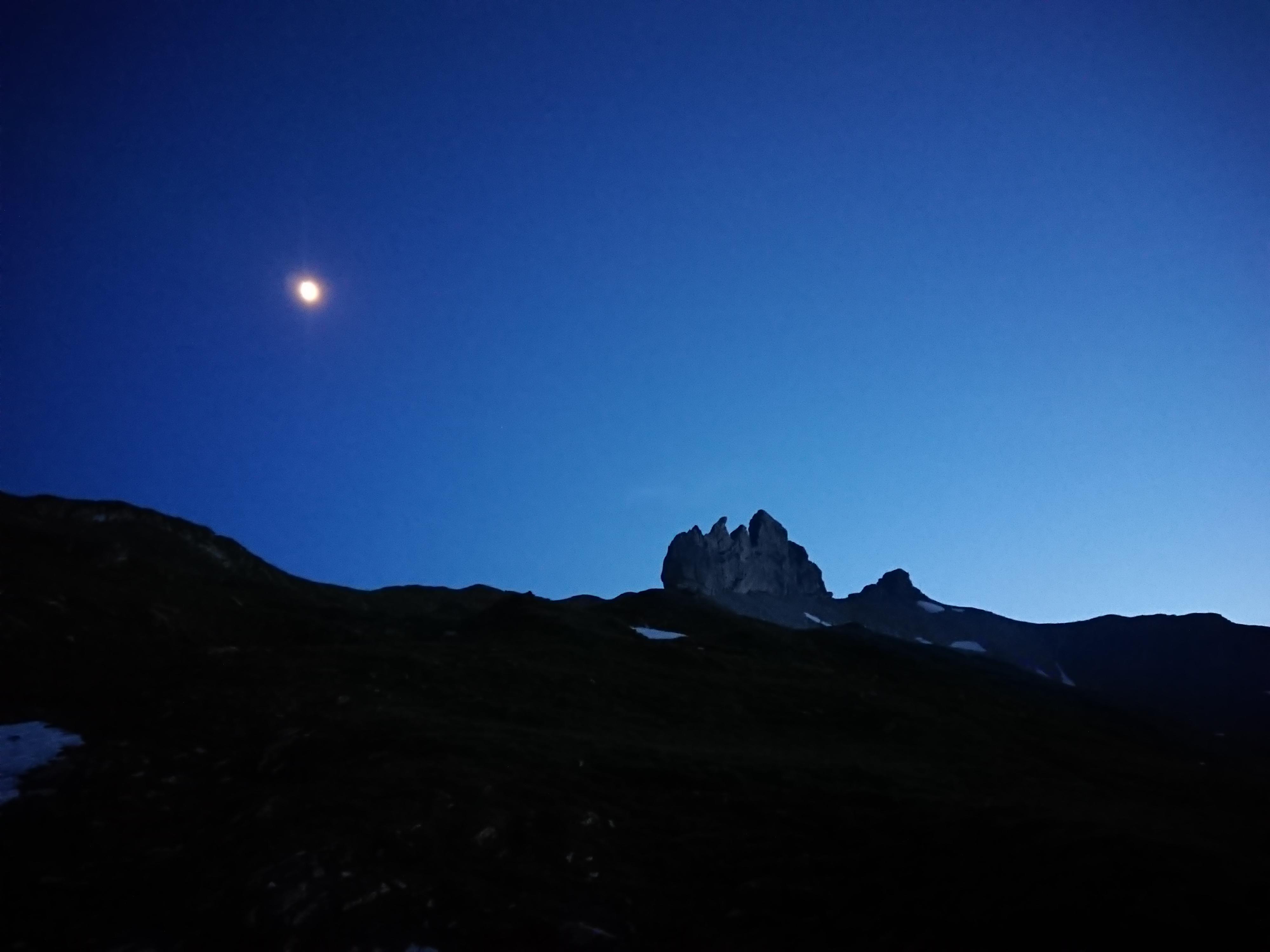 Unser Nachtlager mit Lobhörner und Mond im Hintergrund